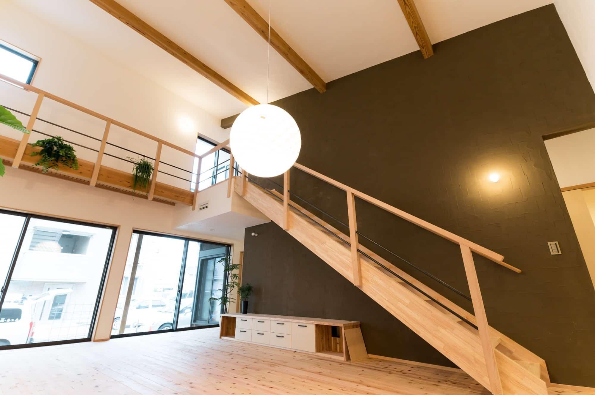 しっくい、和紙、玄昌石、無垢の床。自然素材にこだわった本物志向の家。
